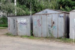 Морально устаревшие гаражи повсеместно захламляют российские дворы