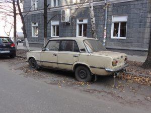 Брошенный автомобиль на городской улице. Порядок утилизации автомобилей